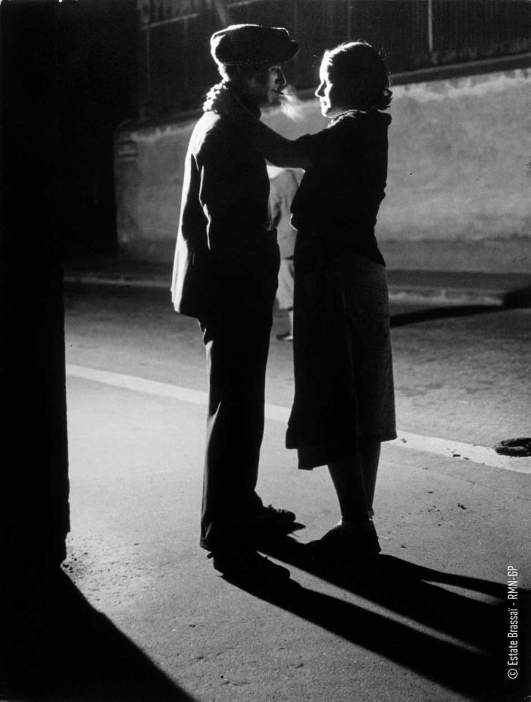 Brassai-29-lovers-under-a-street-lamp.jpg
